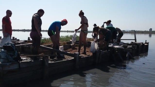 Седем дни 70 доброволци ремонтираха домовете на птиците в Атанасовско езеро