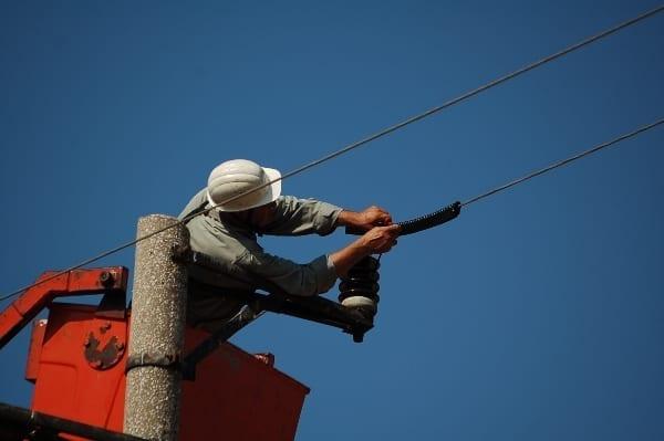 © БДЗП/Поставяне на излолации на електрически стълбове в района на Атанасовско езеро